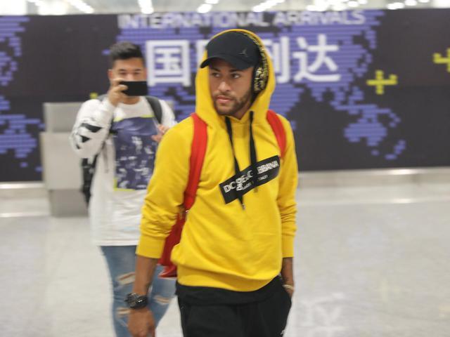 视频-内马尔抵深圳将参加超级杯 机场被粉丝簇拥签名