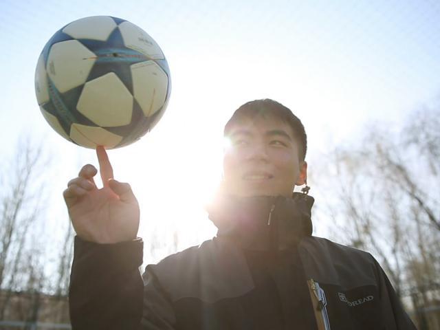 王晓鹏和他的花式足球