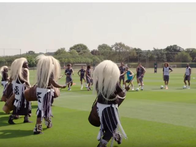 视频-阿森纳训练场欢乐多!卢旺达鼓手与球员共舞
