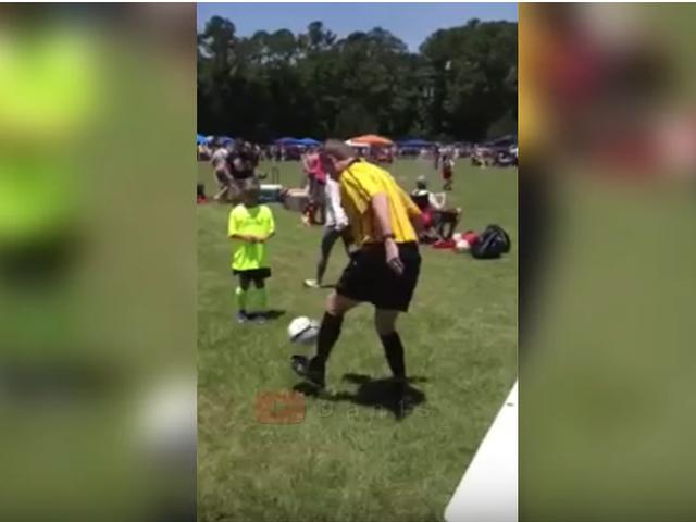 视频-实力抢镜!裁判技巧秀 脚后跟停球+远射破门