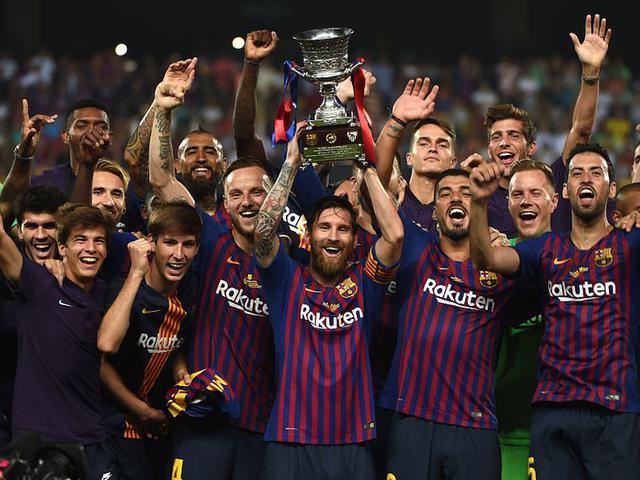 视频-闪耀诺坎普!梅西展示西超杯奖杯 对手列队祝贺