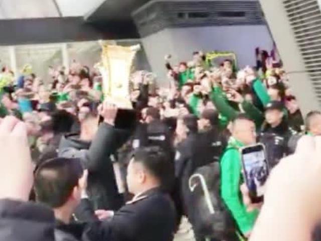 奥古斯托高举奖杯致意球迷