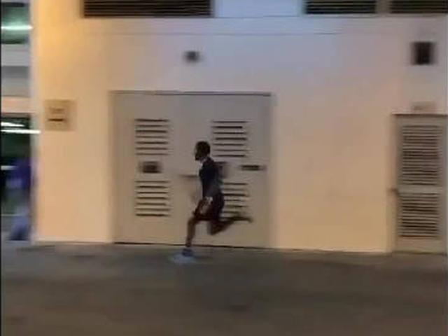 视频-国外网友恶搞登贝莱迟到 百米冲刺+疯狂飙车
