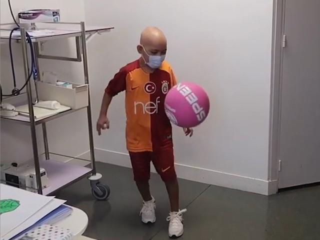 视频-土超俱乐部探望白血病患儿 小朋友大秀颠球技术