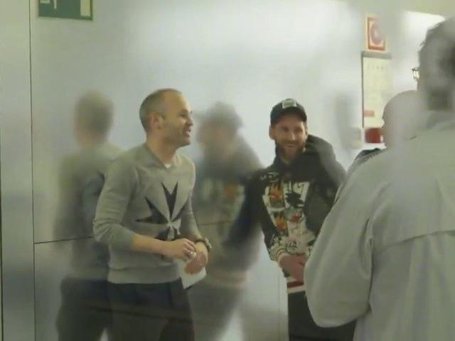 视频-欢迎回家!伊涅斯塔回巴塞罗那看望老队友