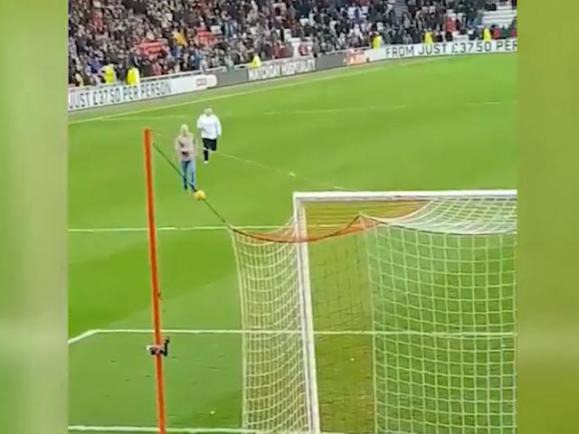 视频-球迷奔跑跨越全场 只为在主队球门前进球