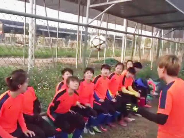 陕西女足姑娘十二人头球接力