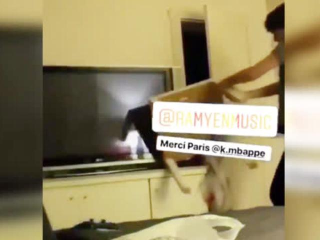 视频-亲眼见证球队被逆转 大巴黎球迷怒砸电视