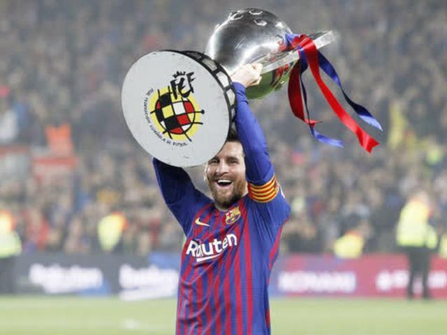 视频-西甲联赛巴萨提前三轮夺冠 梅西亲手举起奖杯