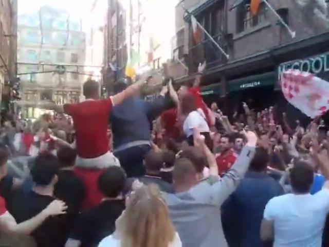 视频-夺冠梦碎斗志不灭 利物浦球迷街头高歌狂欢
