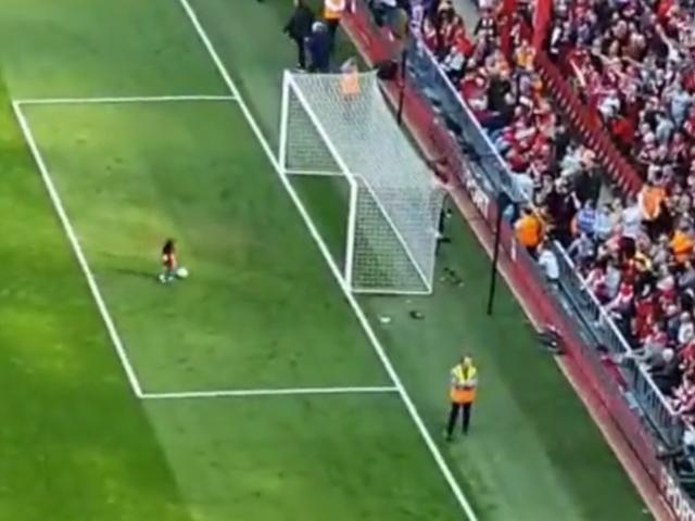 视频-萨拉赫女儿KOP看台前进球 全场球迷鼓掌欢呼