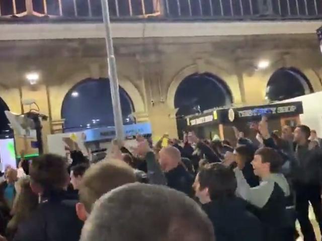 视频-埃弗顿球迷放声高歌 庆祝死敌高分夺亚军
