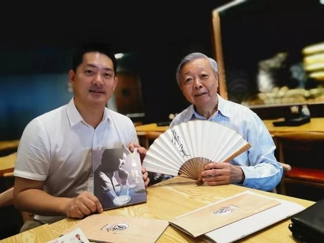 常昊向新家坡围棋协会名誉会长黄上哲赠书