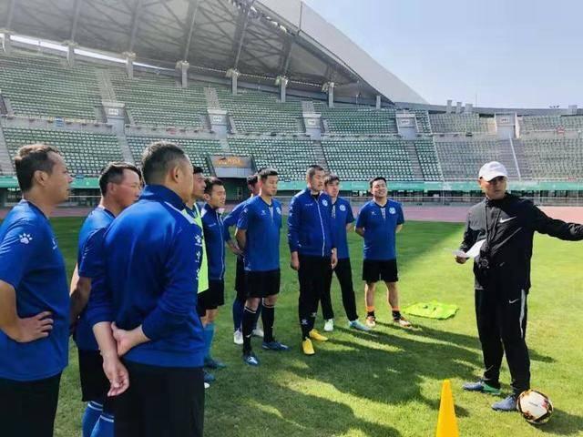 江苏足协大力气推广草根教练员培训 专业球员示范