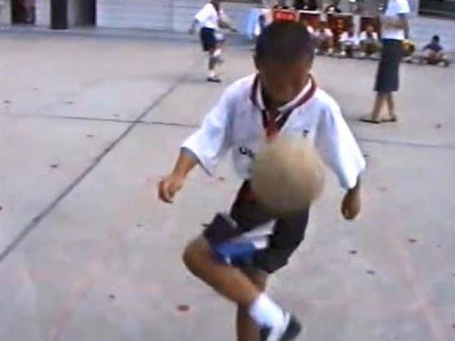 武磊童年花式颠球表演 小时候脚法就这么好了吗
