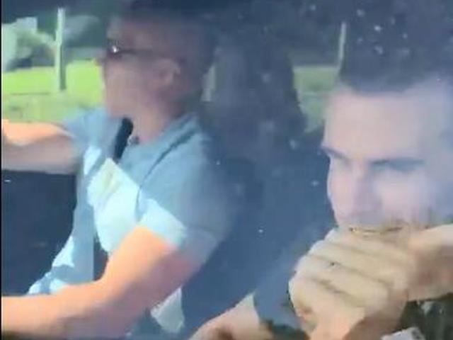 视频-大圣归来!热刺球迷夹道欢迎贝尔回家