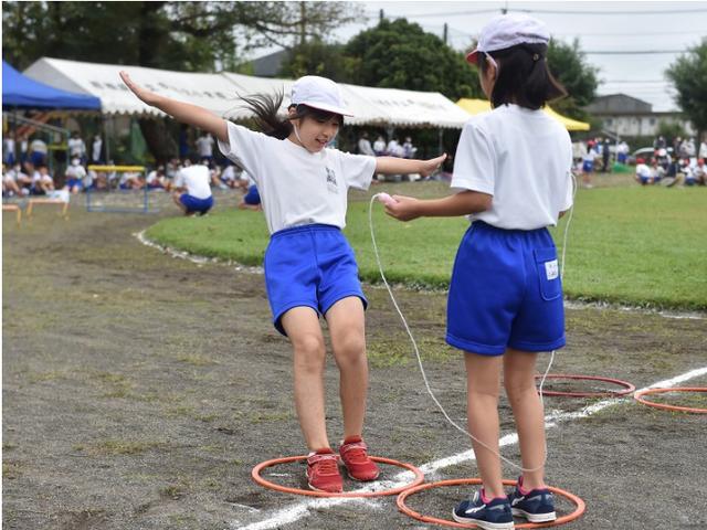 日本小学运动会现2米长接力棒 社交距离足够了