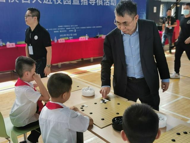视频-吴清源杯围棋进校园 聂卫平等接力指导棋