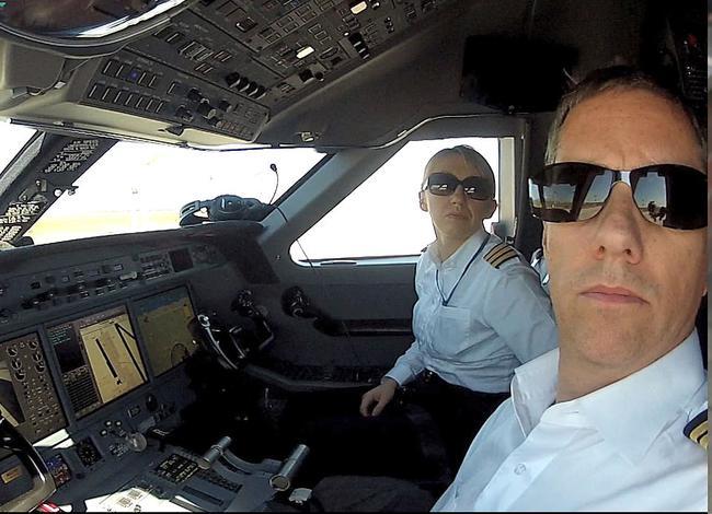 操控直升機的兩名駕駛員