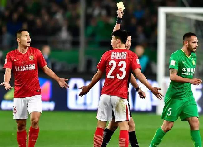 粤媒:马宁判罚惹争议成赛场主角 VAR使用仍需完善