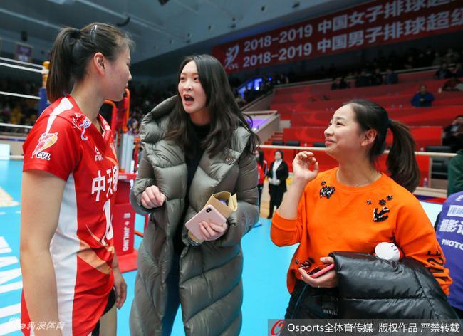 惠若琪与龚翔宇热聊,王茜在一旁