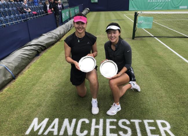 朱琳(右)上周在曼彻斯特双打夺冠