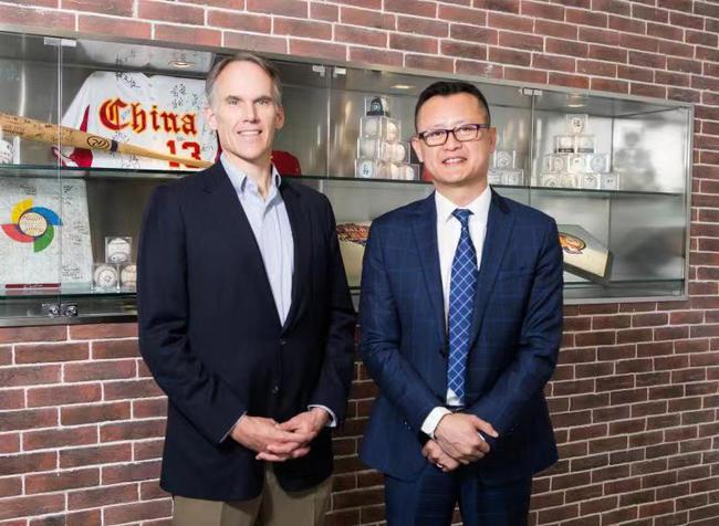 MLB负责亚太事务的副总裁吉姆史摩尔与MLB中国区董事总经理李昕