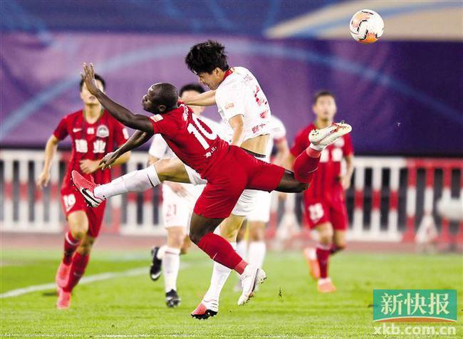 河南建业队球员巴索戈(前左)在比赛中与深圳佳兆业队球员宋株熏拼抢。新华社发