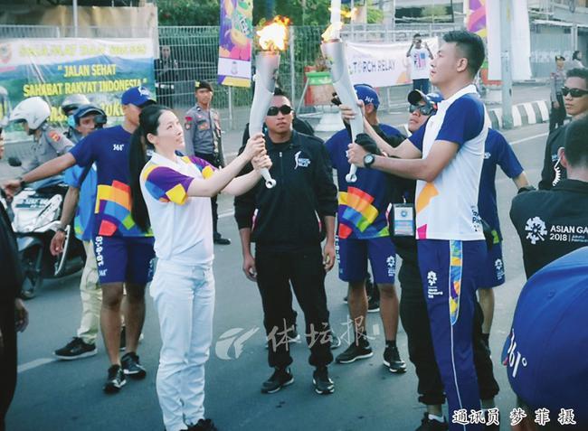 奥运冠军罗雪娟亮相亚运火炬传递 四年后杭州见!