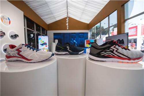 """361°""""热爱之家""""产品摆放区展示了三款主打国际线专业跑鞋"""