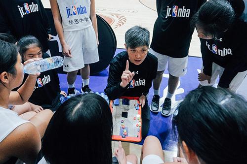 香港协恩中学主教练任明敏为弟子们加油打气