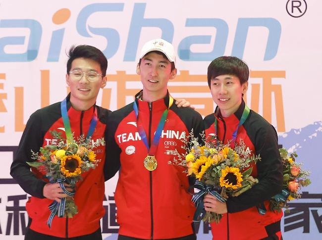 冠军武大靖(中)、亚军韩天宇(右)与季军任子威在男子500米比赛颁奖仪式上合影