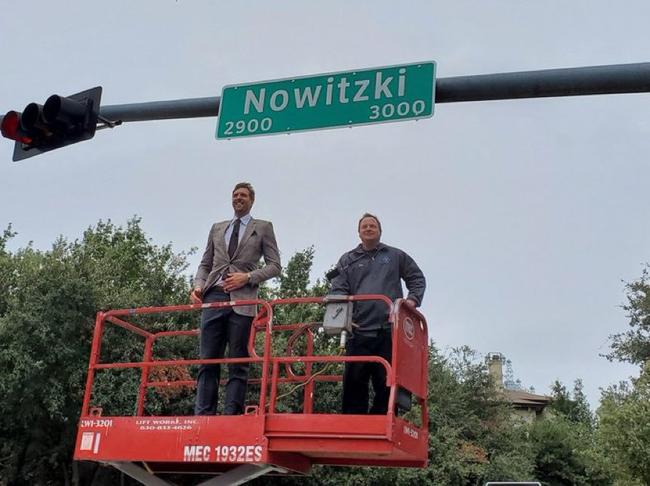 德克为诺维茨基街道揭幕!对忠诚最好的致敬