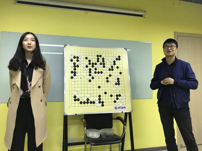 正在挂盘讲解的yimi老师和胡波老师