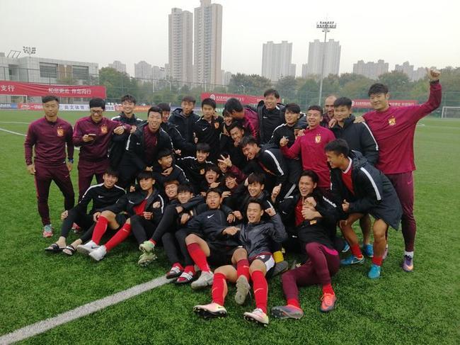 以恒大足校首届毕业生为班底的恒大俱乐部U18队夺得2017中超精英梯队联赛冠军