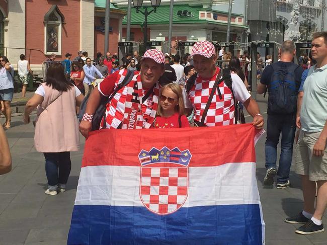 两位克罗地亚球迷在红场与当地球迷轮番合影一个小时