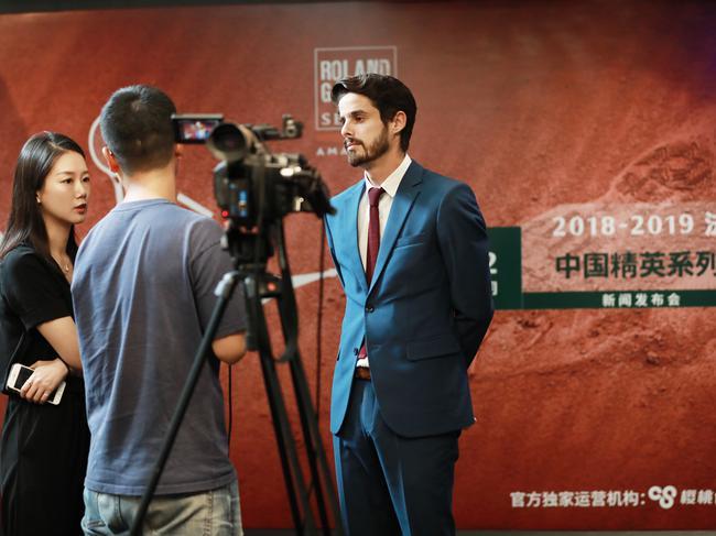 法国网球协会代表接受采访
