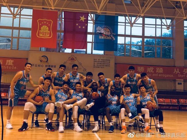 新疆拍摄新赛季写真 阿不都更换号码帅气亮相
