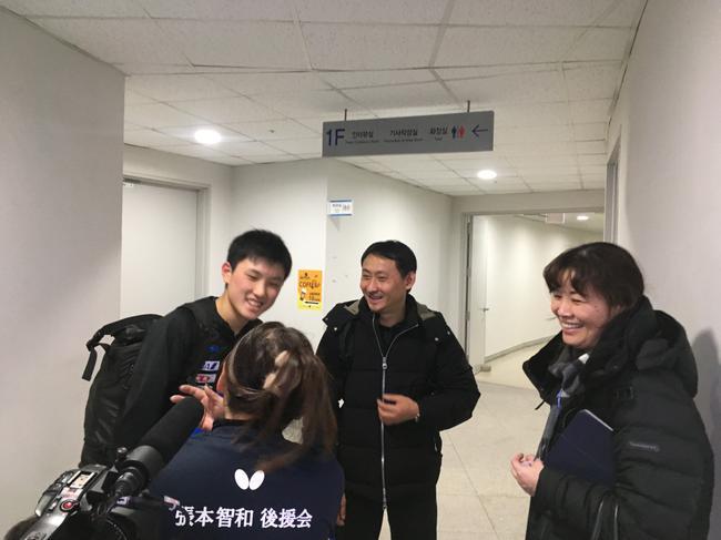 """身着""""张本智和后援会""""定驯服的女士,从日本赶来不悦目赛,(摄影/何霞)"""