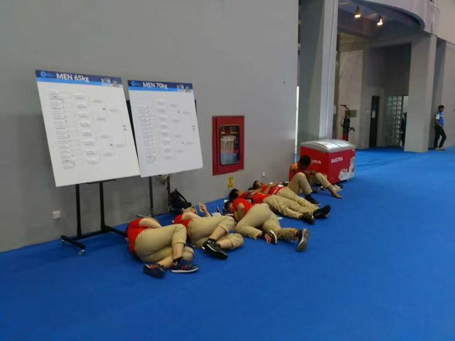 睡倒在地上的自愿者们