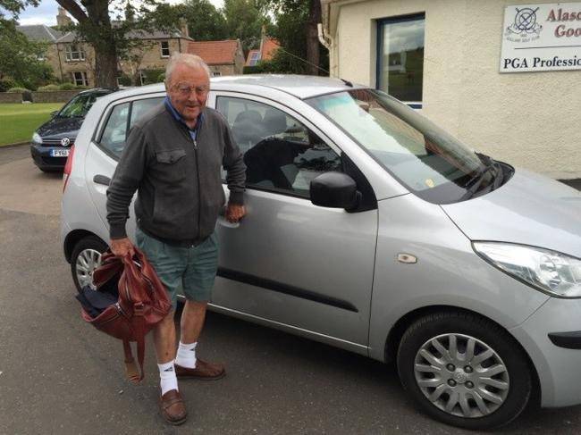 90岁高龄的贝尔德依然开车