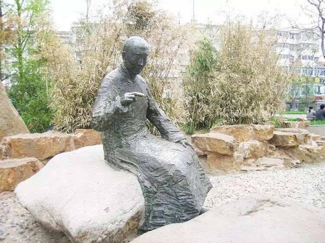 黄龙士塑像