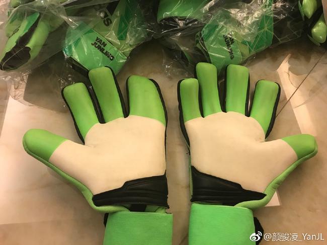 颜骏凌的四指特制手套