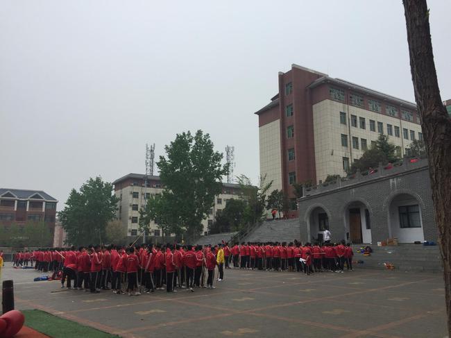 4月12日傍晚,小龙武校的学生正在训练。台阶上方疑为事件发生地。 新京报记者 张惠兰 摄
