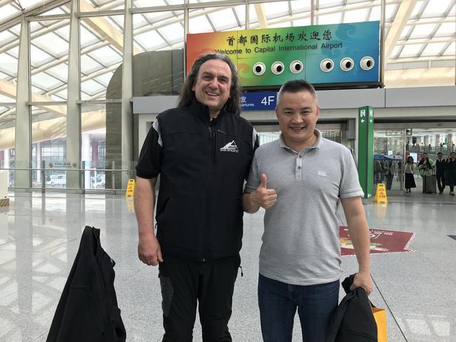 劉剛在機場接機尼古拉