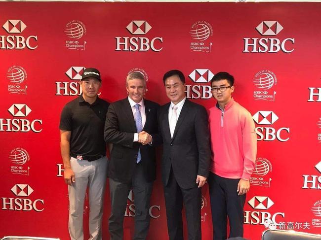 2017年汇丰冠军赛,张幼宁(右二)与莫纳汉(左二)握手