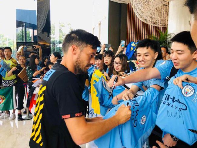 曼城球员给中国球迷签名