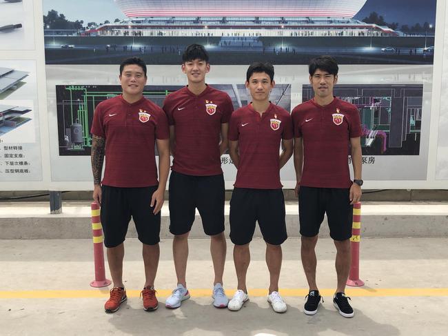 高温天上港董事长携4名党员球员抵新球场 慰问建设者
