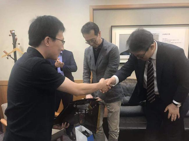 韩国记者病情转好 韩联社社长赠礼感谢急救者