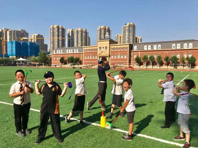 飛樂國際高爾夫學院教練指導天津惠靈頓學校幼兒園小學員